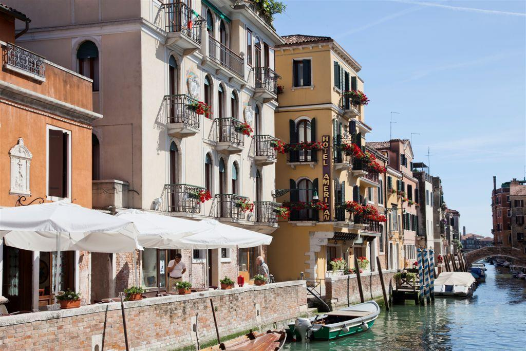 The Best Hotels In Venice With Canal View (Grand Canal) - Find the perfect hotel in venice with balcony canal view in Italy. #venezia #rialto #campanile #dogepalace #palazzo #gondola #grandcanal #views #balcony #italia #traveltips