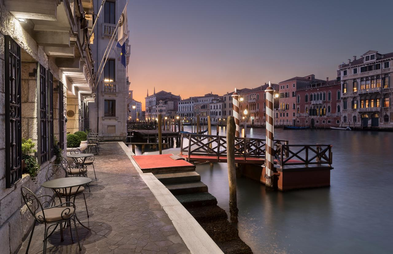 The Best Hotels In Venice With Canal View (Grand Canal) - Find the perfect most romantic hotels in Venice in Italy. #venezia #rialto #campanile #dogepalace #palazzo #gondola #grandcanal #views #balcony #italia #traveltips
