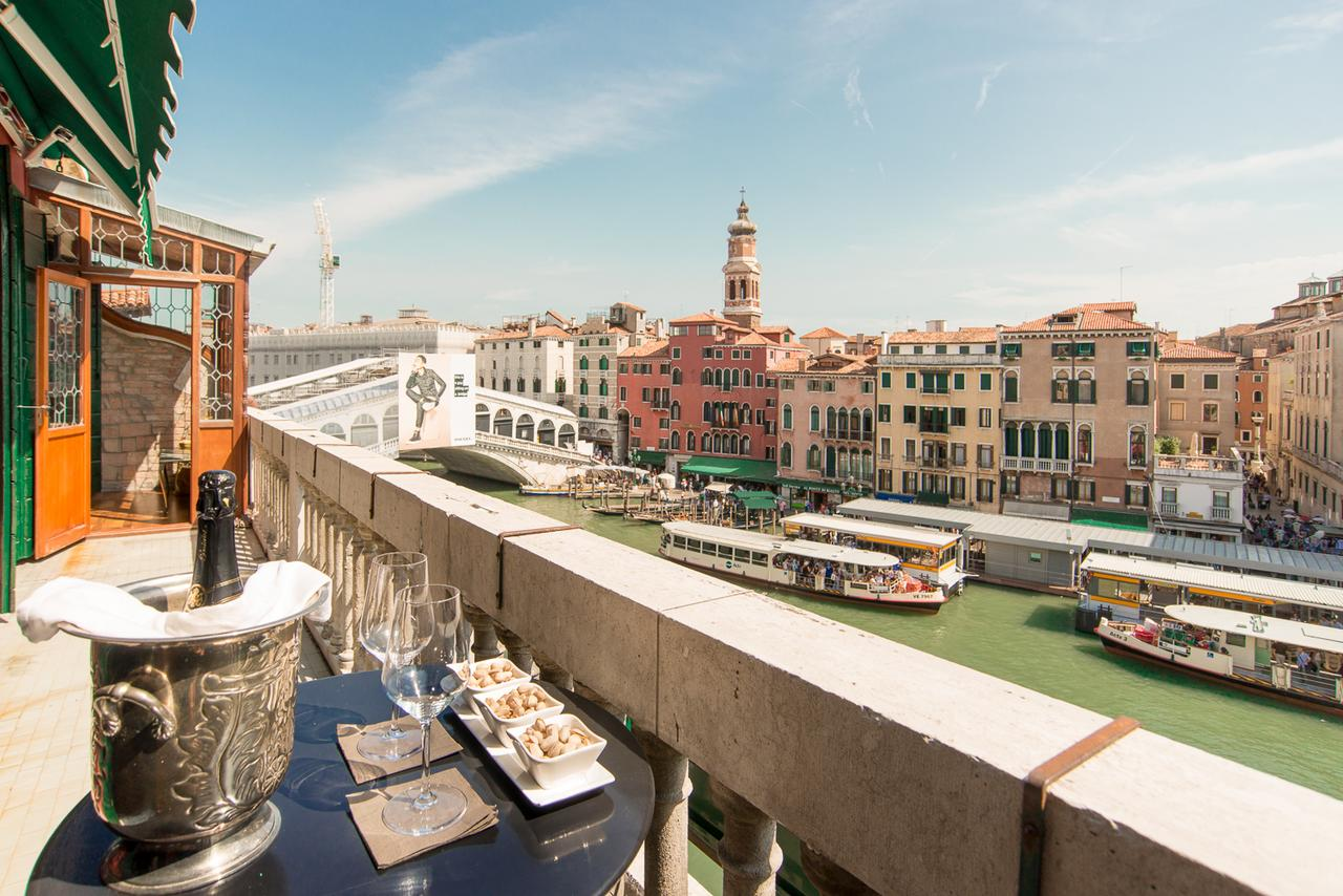 The Best Hotels In Venice With Canal View (Grand Canal) - Find the perfect luxury hotels on the grand canal in venice. #venezia #rialto #campanile #dogepalace #palazzo #gondola #grandcanal #views #balcony #italia #traveltips