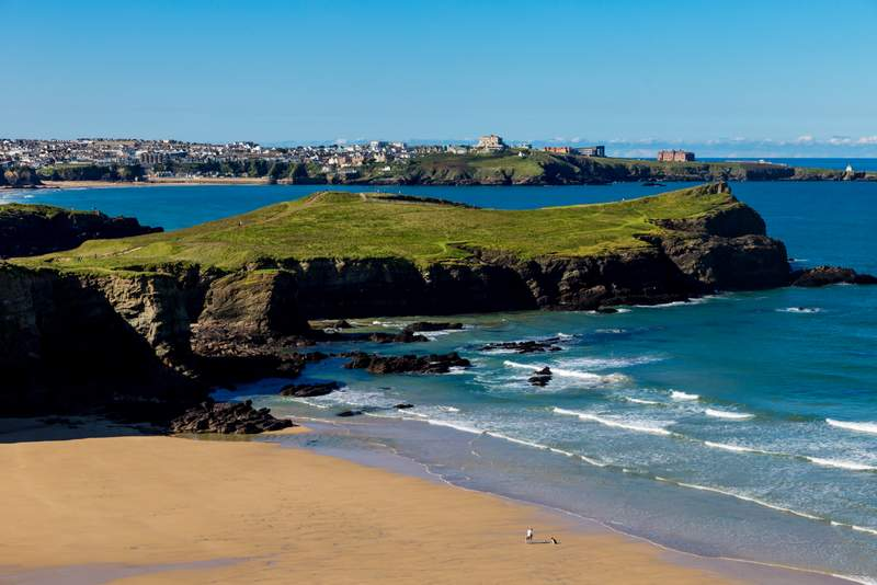 Tips on the best towns in Cornwall worth visiting - plus 10 best things to do in Cornwall, pretty places in cornwall and cute seaside towns in Cornwall perfect for holidays and weekend getaways in England. #uk #britain #seaside #holidays #vacation #beaches #seaviews #prettytowns #thingstodo #edenproject #newquay #tintagel #stmichaelsmount #stives #minacktheatre