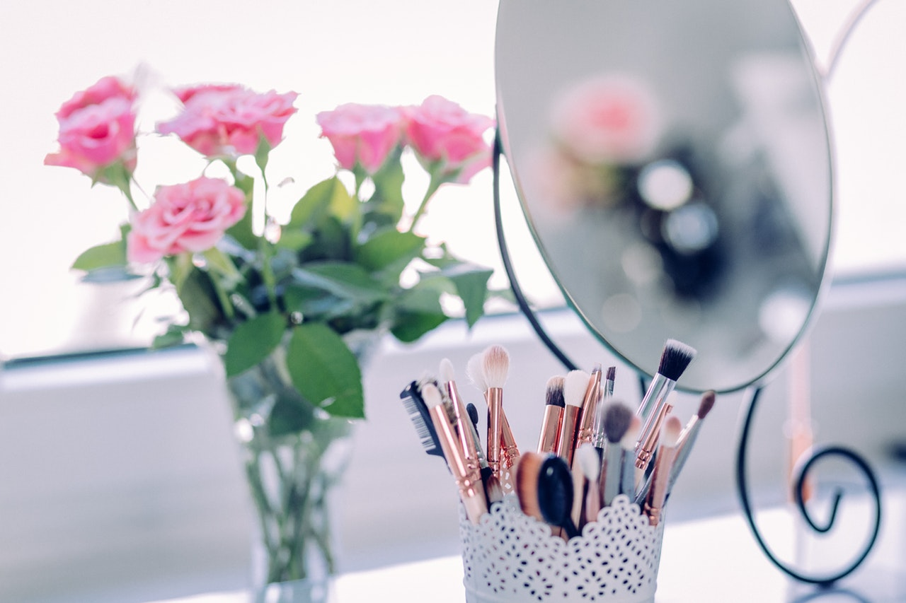 Go Places With These Travel Friendly Makeup Brush Sets - The best set of travel makeup brushes #makeup #traveltip #packingtips #itsallbee #makeupbrushes #brushsets #makeuppalattes #eyemakeup #foundation #blusher #eyeshadow